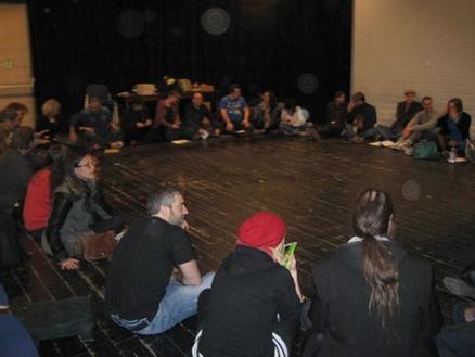 Aktör på scenen i Internationella improvisationsteaterfestivalen i Berlin
